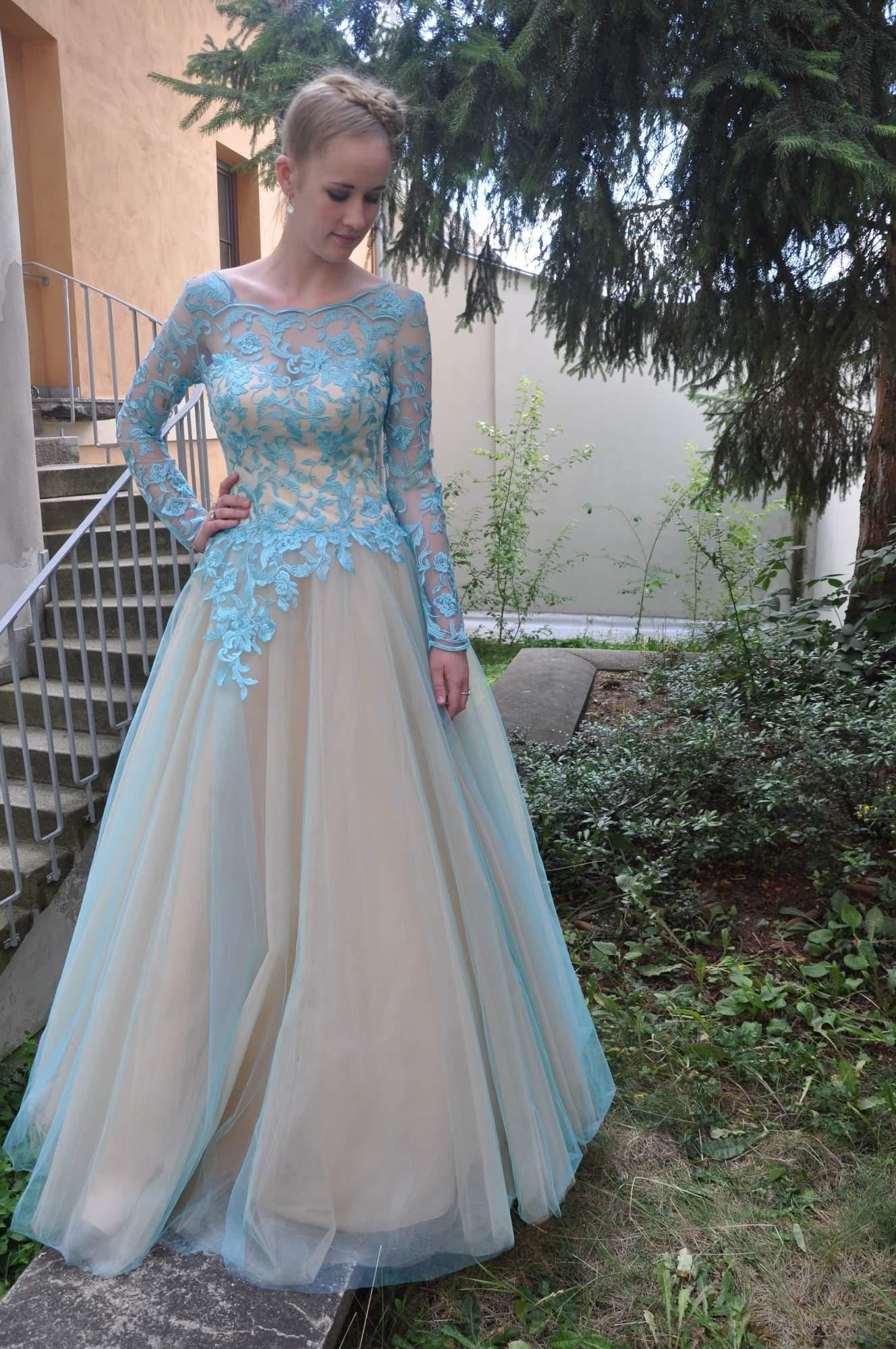 72c6612ac05 Tyto krásné plesové šaty s rukávy si můžete zapujčit u nás v salonu Horní  Brašov 255